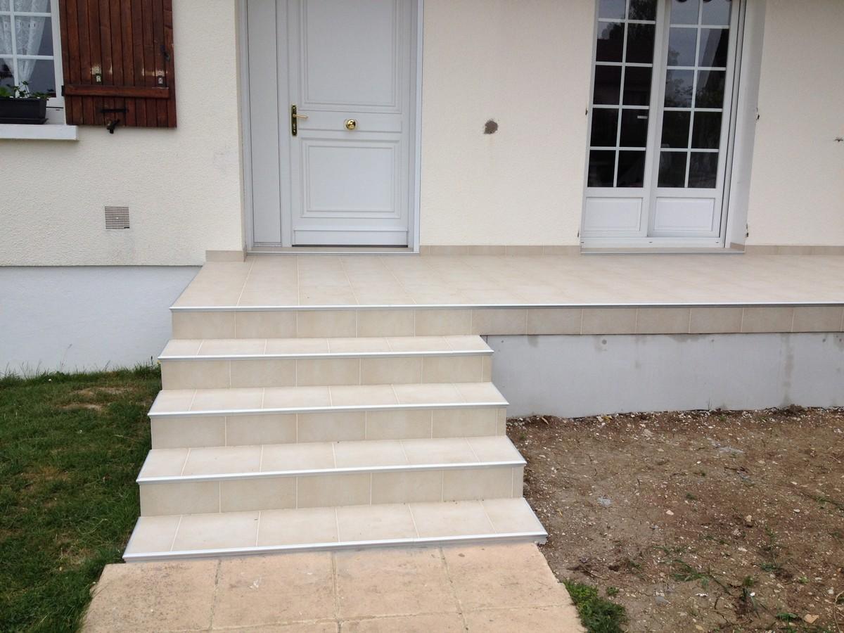 Pose Collée De Carrelage, Joints Décalés Et Profilé Alu En Rive En  Habillage De La Terrasse Et Escaliers.
